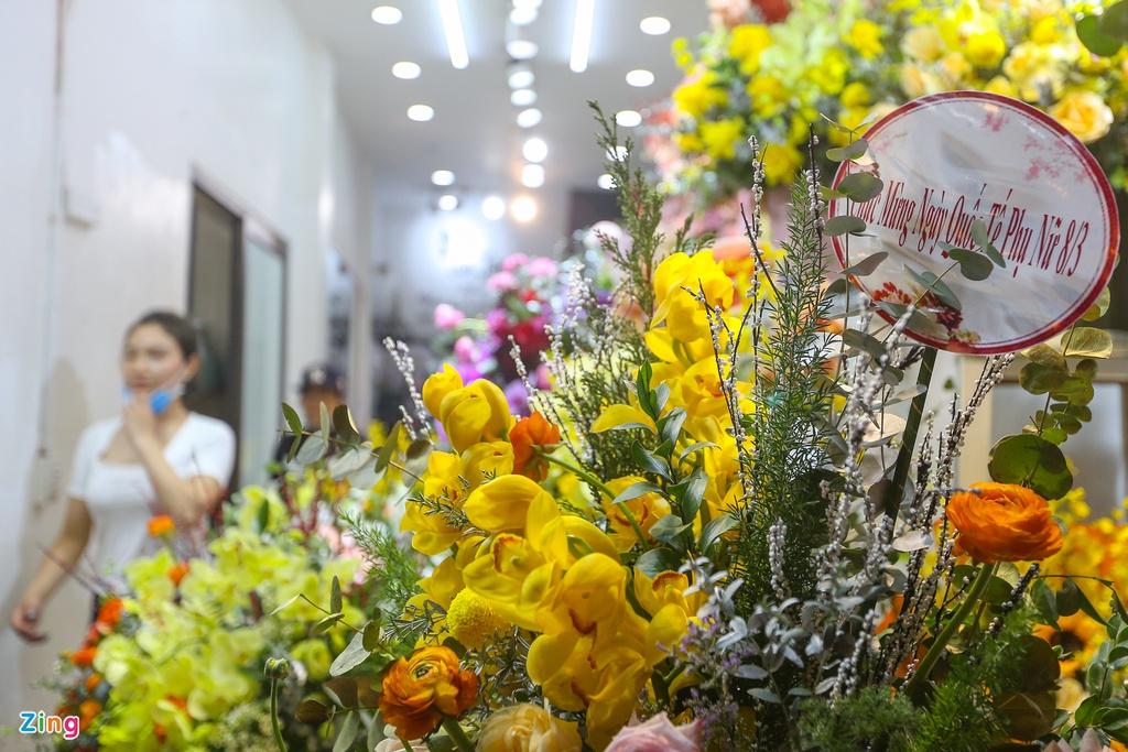 Hoa mạ vàng tiền triệu ngập tràn thị trường quà tặng ngày 8/3 - Ảnh 11