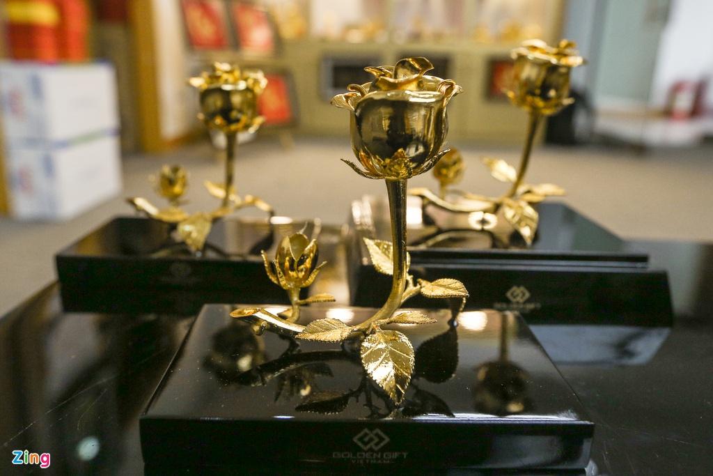 Hoa mạ vàng tiền triệu ngập tràn thị trường quà tặng ngày 8/3 - Ảnh 2