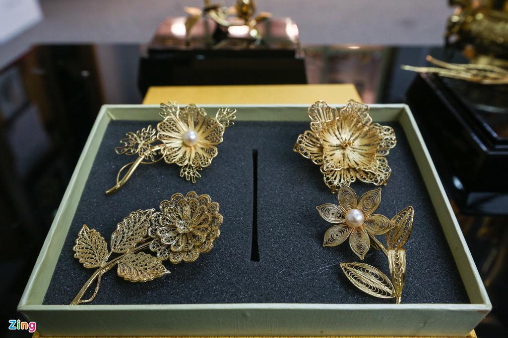 Hoa mạ vàng tiền triệu ngập tràn thị trường quà tặng ngày 8/3 - Ảnh 3