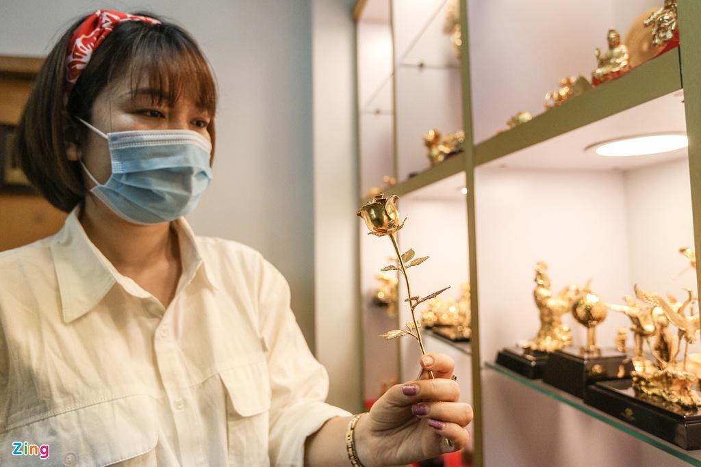 Hoa mạ vàng tiền triệu ngập tràn thị trường quà tặng ngày 8/3 - Ảnh 4