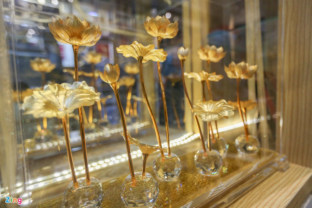 Hoa mạ vàng tiền triệu ngập tràn thị trường quà tặng ngày 8/3 - Ảnh 8