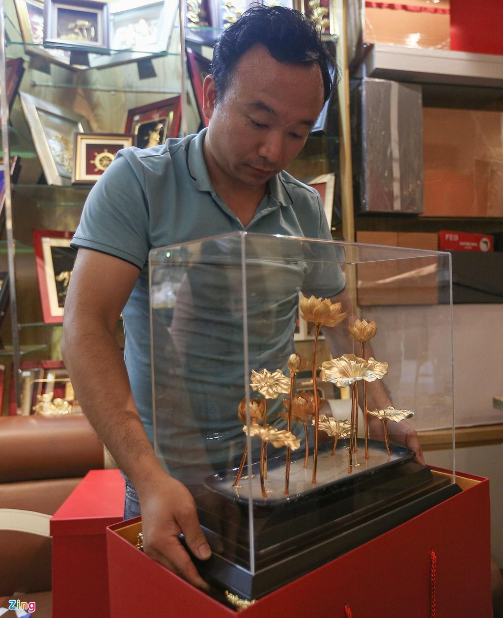 Hoa mạ vàng tiền triệu ngập tràn thị trường quà tặng ngày 8/3 - Ảnh 9