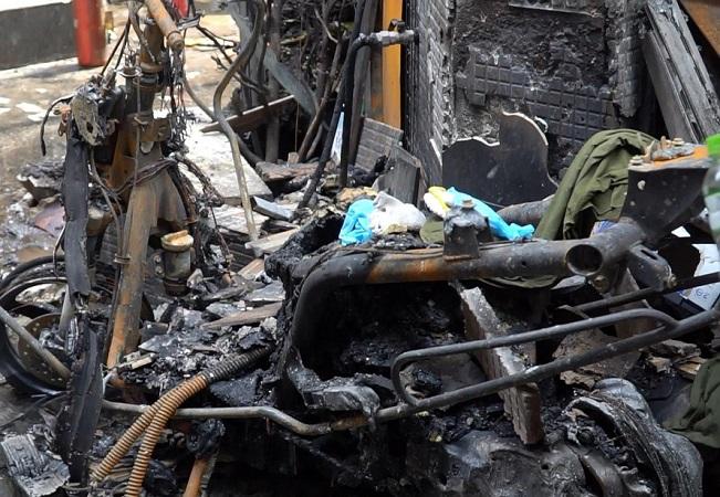 Hai ngày sau vụ cháy 8 người chết ở TPHCM: Tang thương bao phủ khu dân cư - Ảnh 1