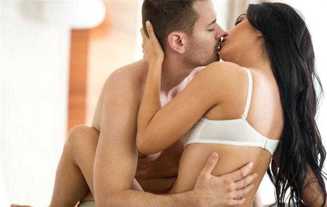 4 việc phụ nữ làm ĐÀN ÔNG sẽ NGẤT NGÂY khi quan hệ, nhưng ít anh chồng nào dám nói ra vì ngại - Ảnh 1