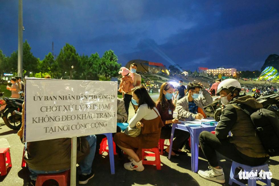 TP.HCM tìm người đi chung xe, chuyến bay và 22 điểm ở Nha Trang, Đà Lạt liên quan ca COVID-19 - Ảnh 1