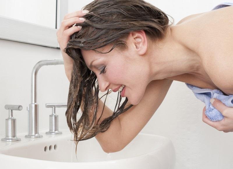 Gội đầu – Giúp mọc tóc nhanh bằng dầu dừa hiệu quả.