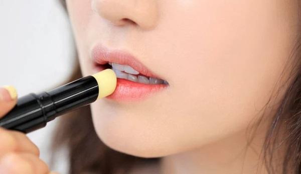 99% phụ nữ đang mắc phải 5 lỗi dùng son khiến đôi môi ngày càng nứt nẻ, bong tróc này - Ảnh 2
