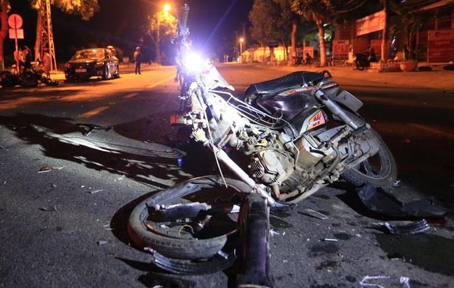 Môtô phân khối lớn tông xe máy nát bét, 2 thanh niên nguy kịch - Ảnh 1