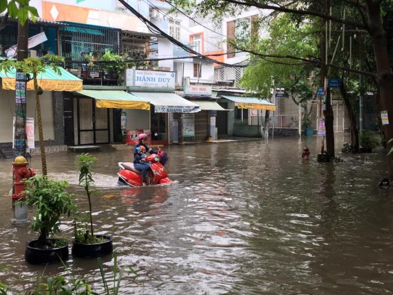Mưa lớn, 'phố biến thành sông', người dân Sài Gòn bì bõm dắt xe 'bơi' về nhà - Ảnh 15