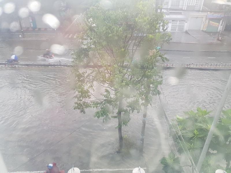 Mưa lớn, 'phố biến thành sông', người dân Sài Gòn bì bõm dắt xe 'bơi' về nhà - Ảnh 13