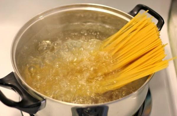 Đổi món cho bữa tối cuối tuần với spaghetti xào tôm ngon lạ - Ảnh 1
