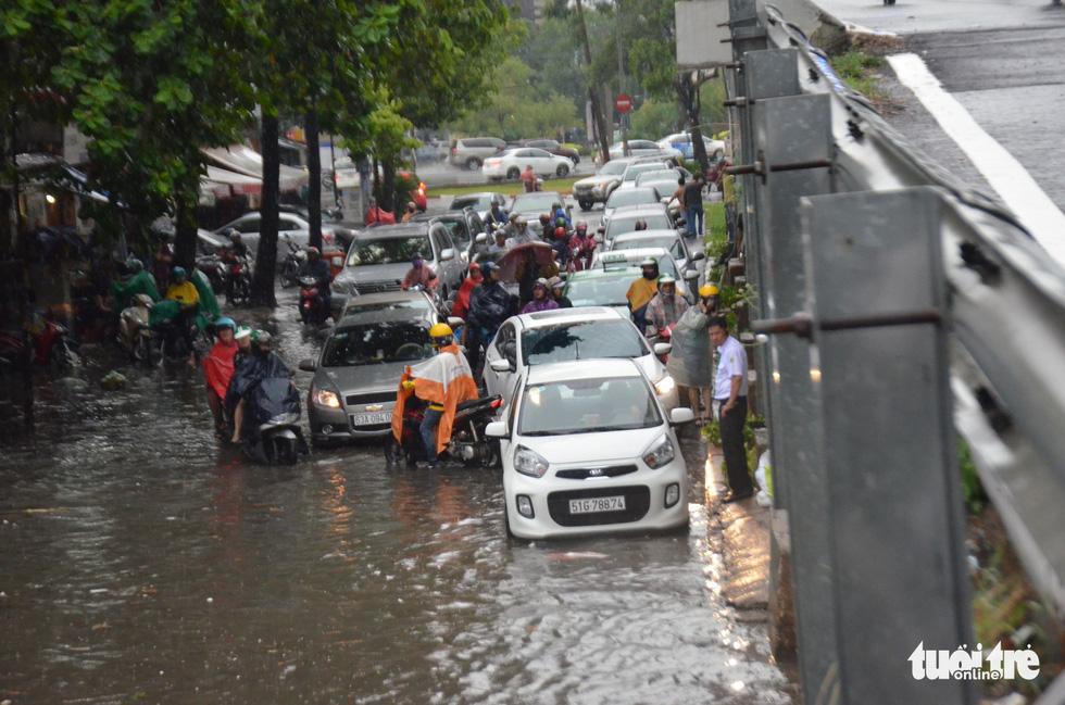 Người dân TP.HCM vật lộn trong mưa đầu mùa gây ngập nửa mét - Ảnh 2