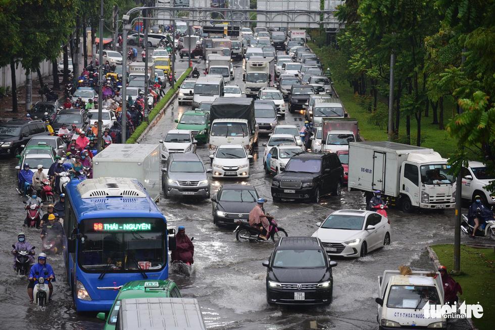 Người dân TP.HCM vật lộn trong mưa đầu mùa gây ngập nửa mét - Ảnh 3