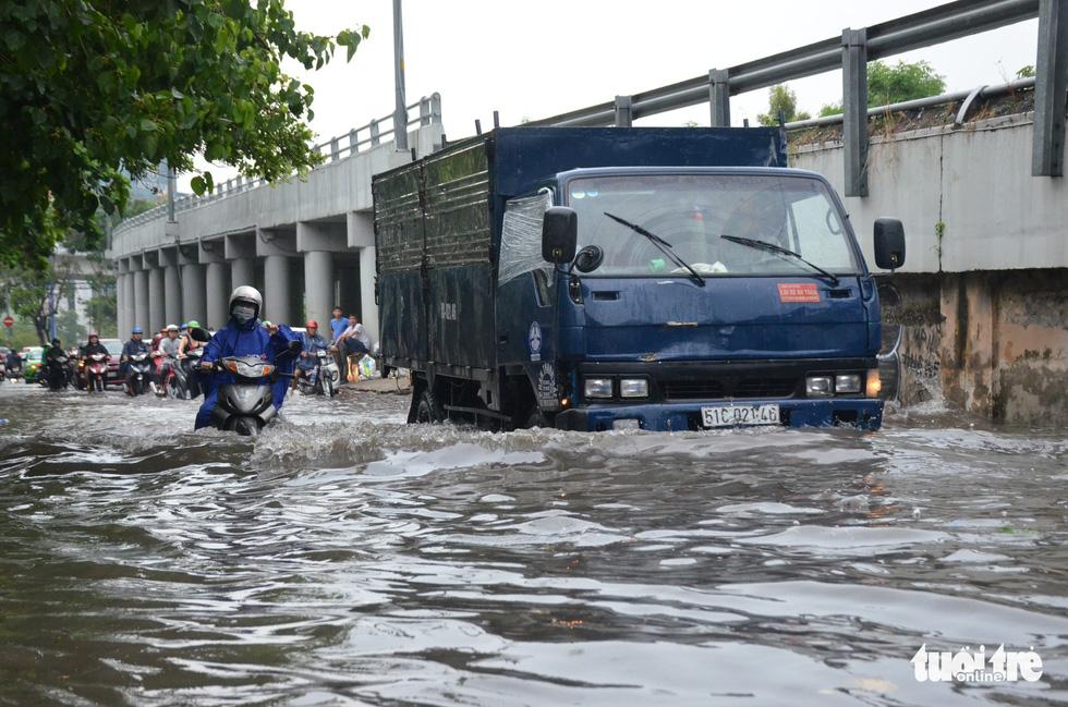 Người dân TP.HCM vật lộn trong mưa đầu mùa gây ngập nửa mét - Ảnh 5