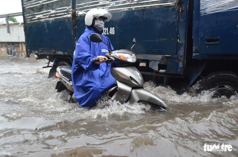 Người dân TP.HCM vật lộn trong mưa đầu mùa gây ngập nửa mét - Ảnh 6