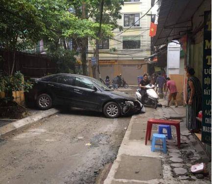 Lùi xe sang, nữ tài xế tông chết người phụ nữ đi xe máy ở Hà Nội - Ảnh 2
