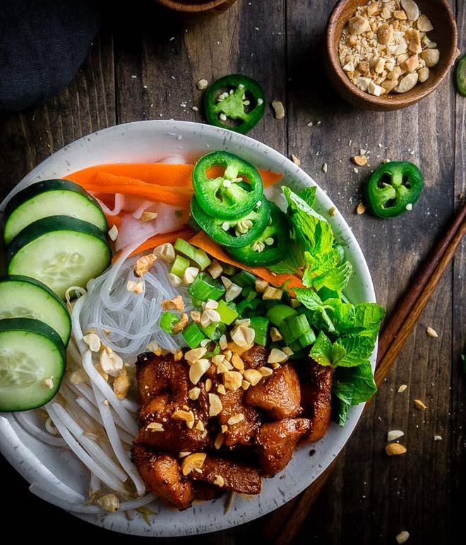 Đổi vị cho cả nhà với bún trộn thịt nướng thơm lừng, vừa ăn vừa sướng - Ảnh 3