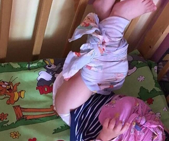 Sốc: Clip nhiều em nhỏ bị trói chân tay, quấn khăn như xác ướp trong nhà trẻ - Ảnh 2