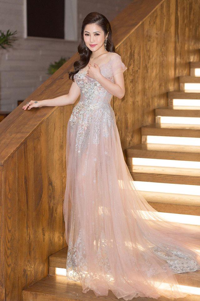 Hương Tràm xinh đẹp diện váy mỏng như sương khoe ngực đầy lấp ló - Ảnh 2