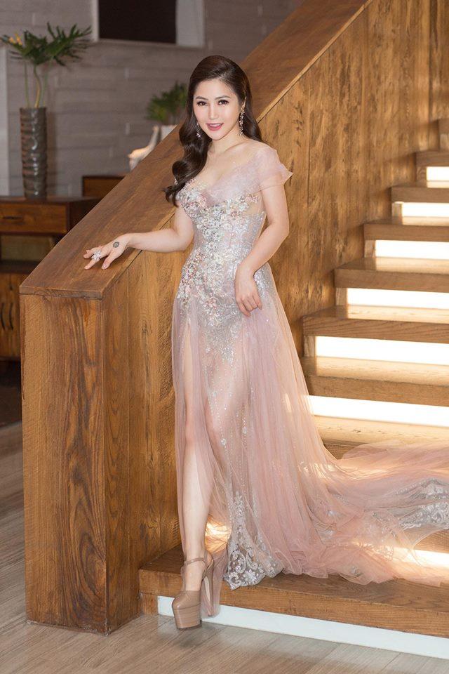 Hương Tràm xinh đẹp diện váy mỏng như sương khoe ngực đầy lấp ló - Ảnh 4