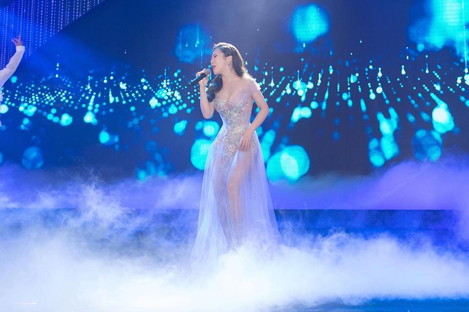 Hương Tràm xinh đẹp diện váy mỏng như sương khoe ngực đầy lấp ló - Ảnh 5
