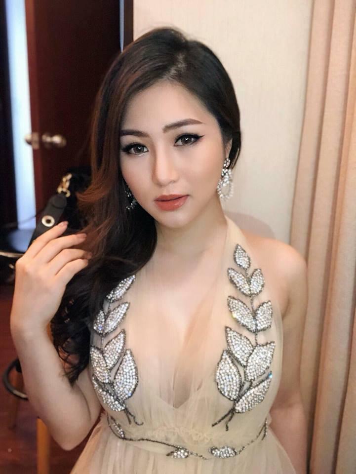 Hương Tràm xinh đẹp diện váy mỏng như sương khoe ngực đầy lấp ló - Ảnh 8