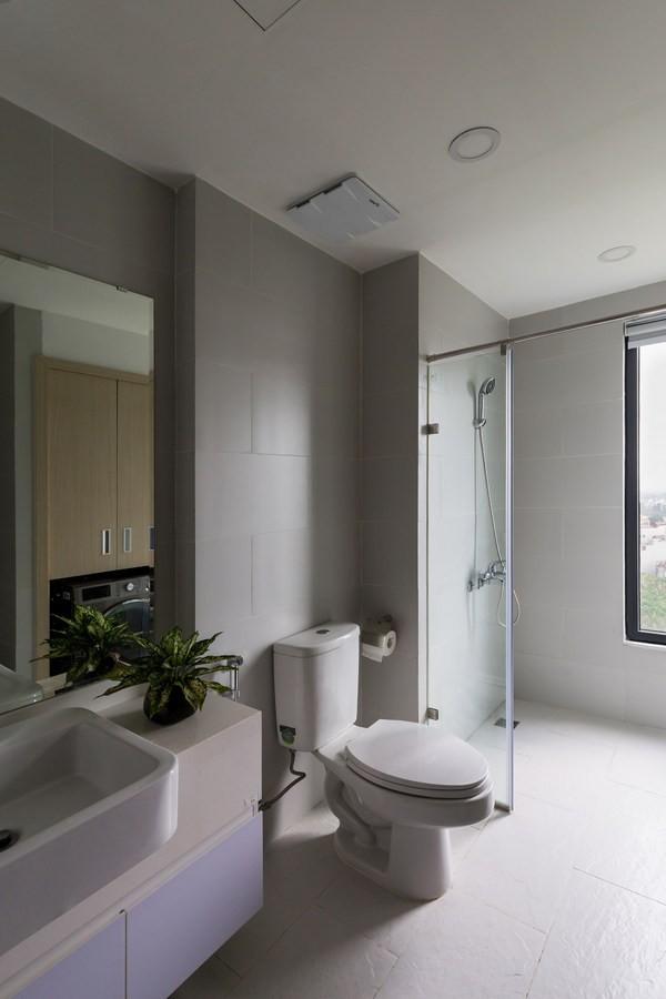 Khu vực nhà vệ sinh với tông màu trắng sạch sẽ, sang trọng, hài hòa với tông màu ghi chủ đạo xuyên suốt khắp ngôi nhà,