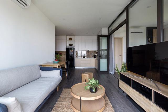 Phòng khách được thiết kế tối giản, với tone màu khá trầm yêu thích của chủ nhà