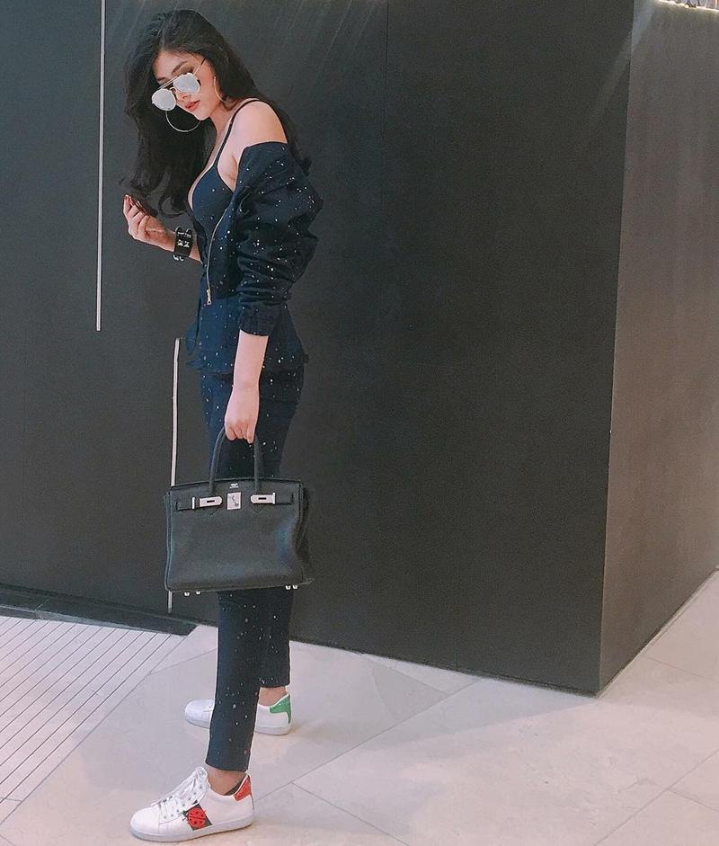 Huỳnh Tiên mix túi Hermès đắt đỏ với bộ đồ matchy-matchy, chấm phá bằng đôi giày thể thao Ace năng động của Gucci, làm nổi bật vẻ ngoài thời thượng sporty.