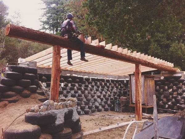 Khu đất nằm ở dãy núi Santa Cruz, California, Mỹ. Steph và Taylor được chủ đất khuyến khích xây dựng căn nhà gần gũi thiên nhiên như vậy.