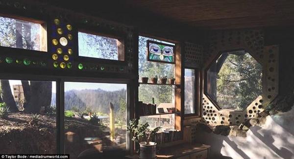 Cửa sổ và cửa ra vào được cho miễn phí từ trên mạng. Ngay cả các đồ nội thất được làm bằng tay từ gỗ tái chế.