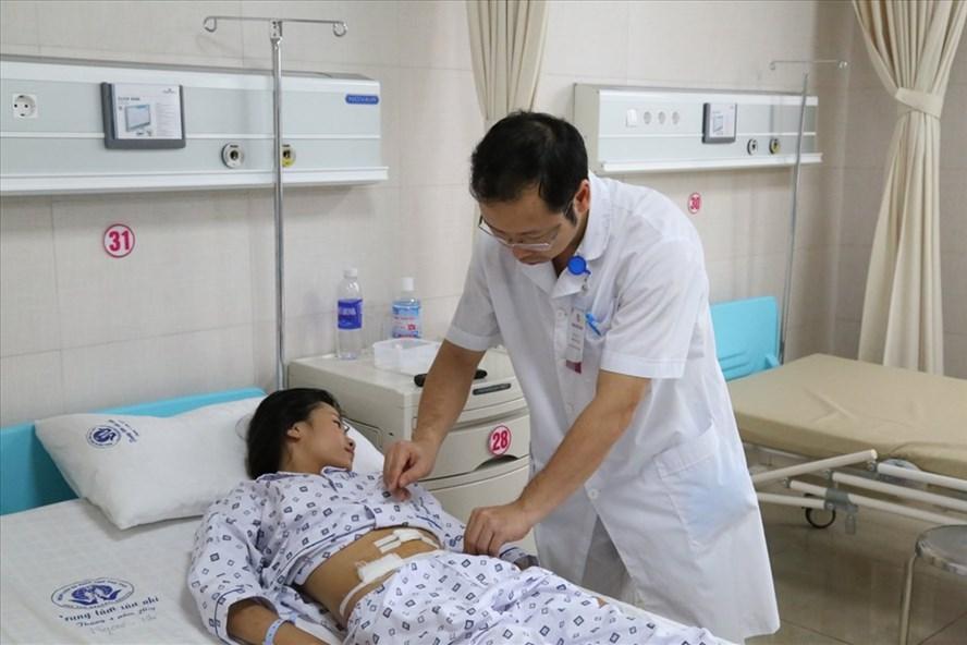 Bé gái 10 tuổi mắc u nang buồng trứng, bố mẹ tưởng con béo đột ngột - Ảnh 1