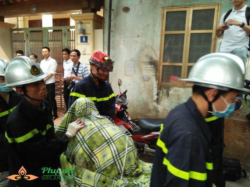 Cập nhật hiện trường vụ cháy nhà xưởng ở Hà Nội: Lạnh người nhìn thi thể co quắp được đưa ra - Ảnh 1