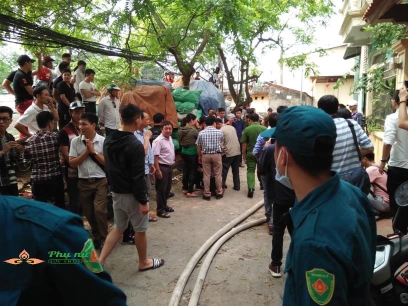 Cập nhật hiện trường vụ cháy nhà xưởng ở Hà Nội: Lạnh người nhìn thi thể co quắp được đưa ra - Ảnh 3
