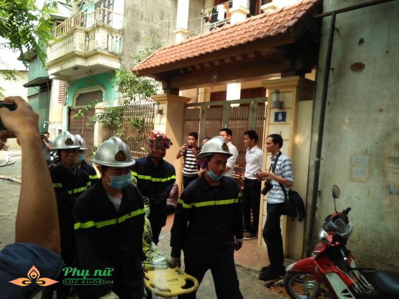Cập nhật hiện trường vụ cháy nhà xưởng ở Hà Nội: Lạnh người nhìn thi thể co quắp được đưa ra - Ảnh 4
