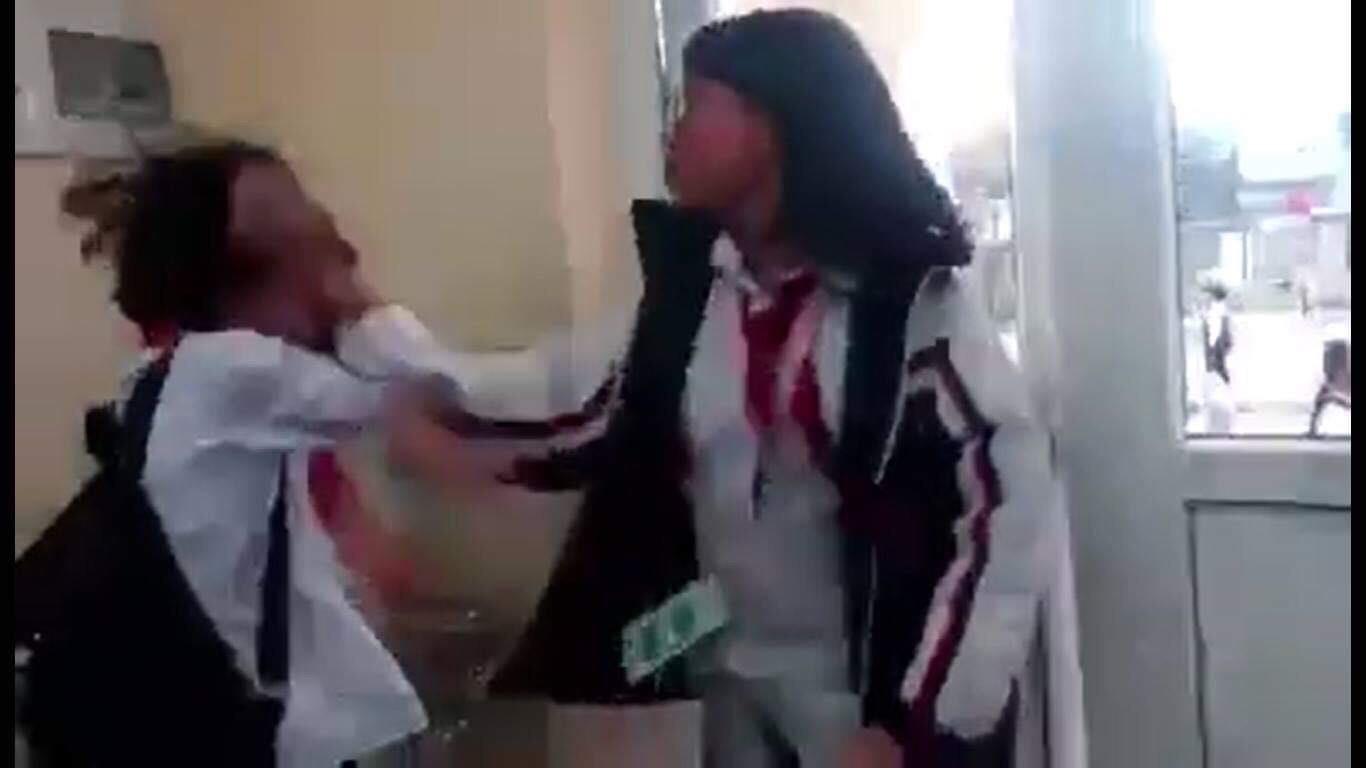 Thêm một nữ sinh bị bạn đánh tới tấp ngay trong lớp học - Ảnh 1