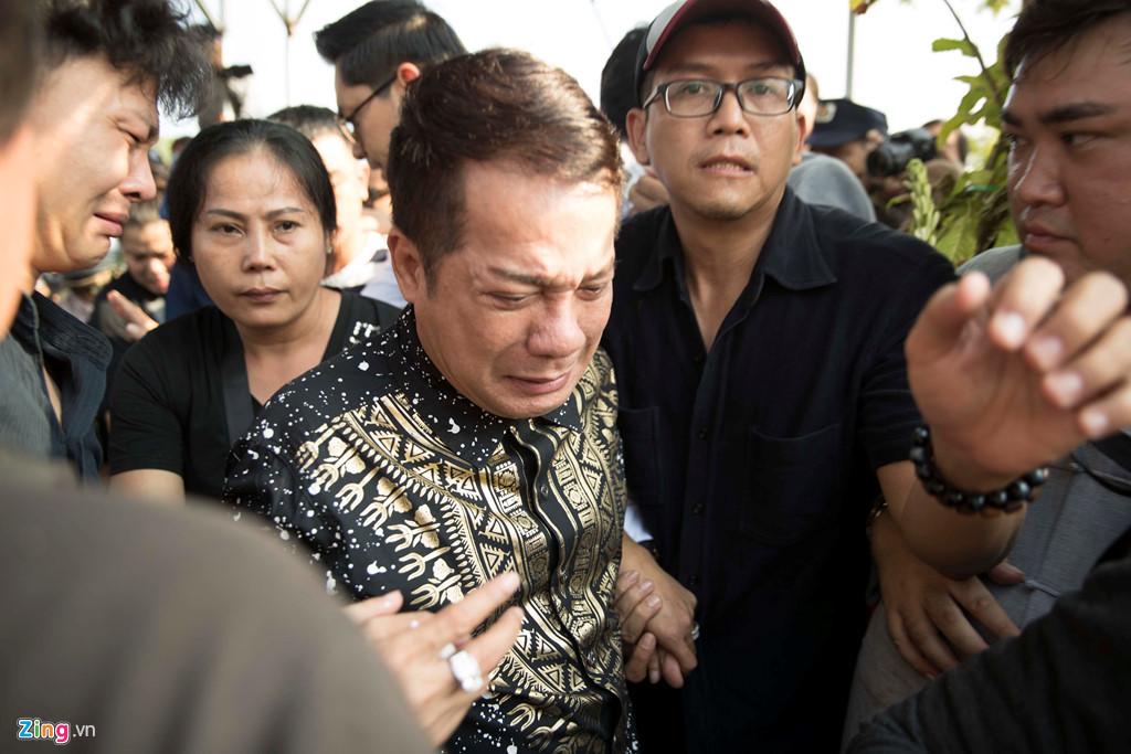 Minh Nhí òa khóc nức nở, suýt ngất xỉu trong đám tang Anh Vũ - Ảnh 1