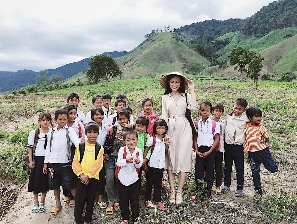 Chán làm 'mỹ nhân siêu vòng 3', Angela Phương Trinh trở lại làm 'cô thôn nữ' kín đáo, dịu dàng - Ảnh 11