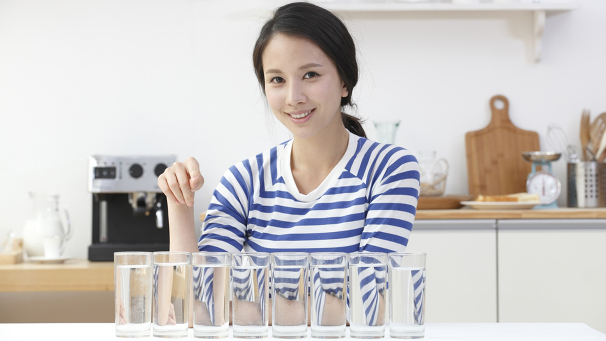 Nữ giới nên uống 8 - 10 ly nước mỗi ngày để cải thiện tình trạng khô âm đạo