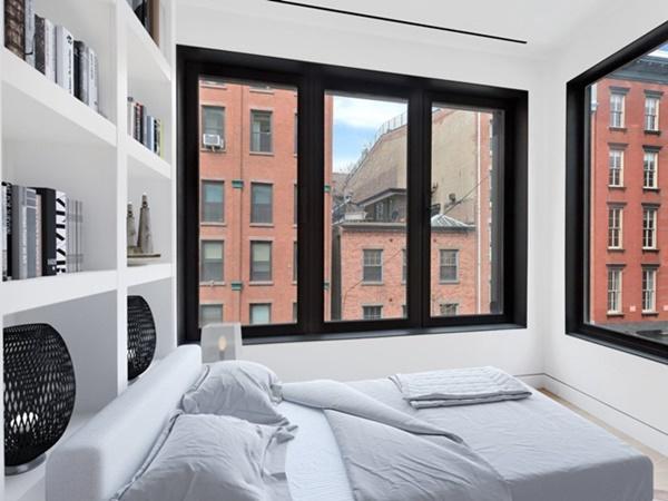 Ở mặt trước của căn nhà là các cửa sổ lớn giúp đón ánh sáng vào trong để tạo sự thoáng mát, giảm cảm giác chật chội.