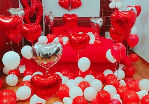 Căn phòng ngập tràn tình yêu với bong bay đỏ thay lời tỏ tình