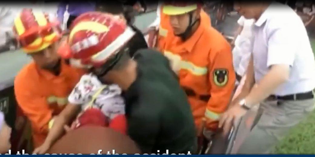 Thót tim clip bé gái bị mắc kẹt chân vào thang cuốn ở trung tâm thương mại - Ảnh 2