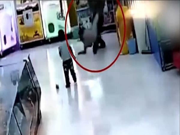 Phẫn nộ clip cha đánh con gái dã man trong siêu thị - Ảnh 1