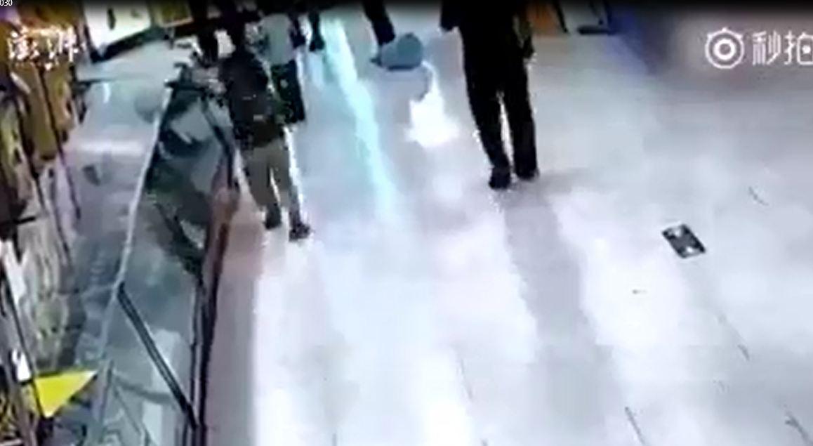 Phẫn nộ clip cha đánh con gái dã man trong siêu thị - Ảnh 3