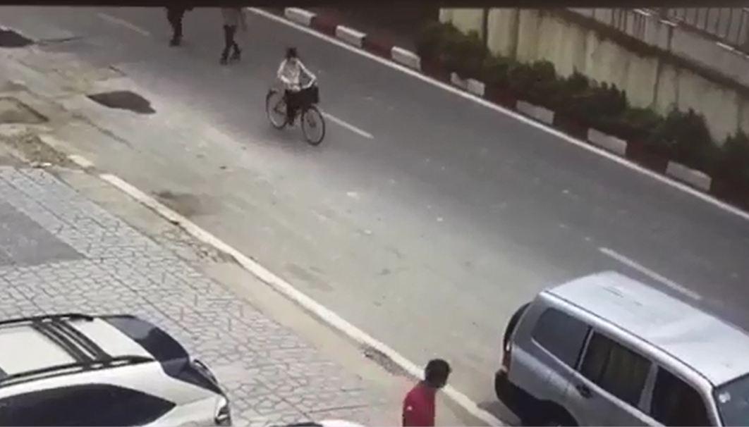 Xe máy tông ngã cụ bà rồi bỏ chạy khiến cư dân mạng bức xúc - Ảnh 1