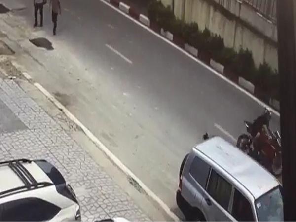 Xe máy tông ngã cụ bà rồi bỏ chạy khiến cư dân mạng bức xúc - Ảnh 2