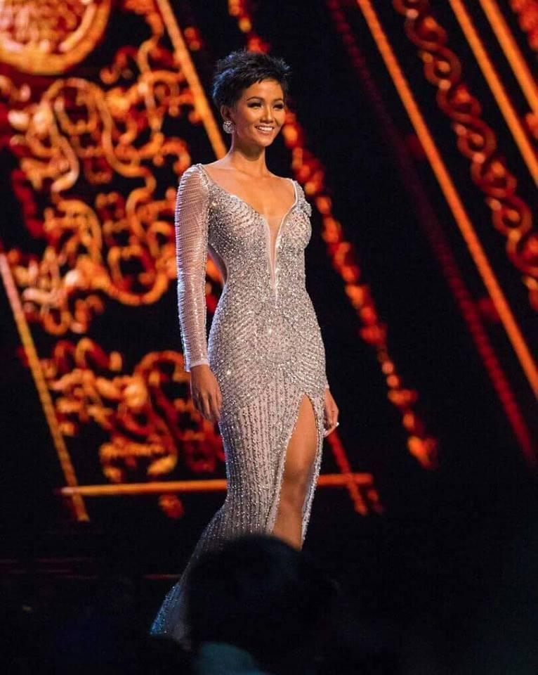 Video: Khoảnh khắc đăng quang đầy xúc động của tân Hoa hậu Hoàn vũ 2018 - Ảnh 1