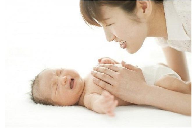 Massage bụng để trẻ thấy dễ chịu hơn khi cố rặn đi ị