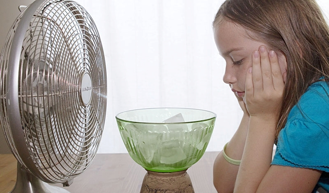 4 sai lầm khi dùng quạt điện mùa nắng nóng - Ảnh 1