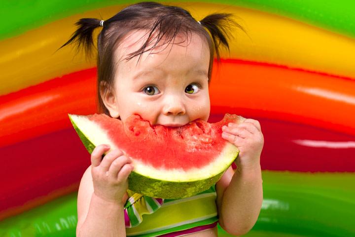 7 lợi ích bất ngờ khi cha mẹ cho bé ăn dưa hấu trong mùa nắng nóng - Ảnh 4